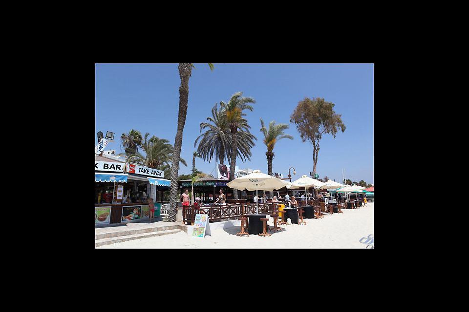 I bar e gli snack-bar si susseguono lungo la spiaggia di Nissi.