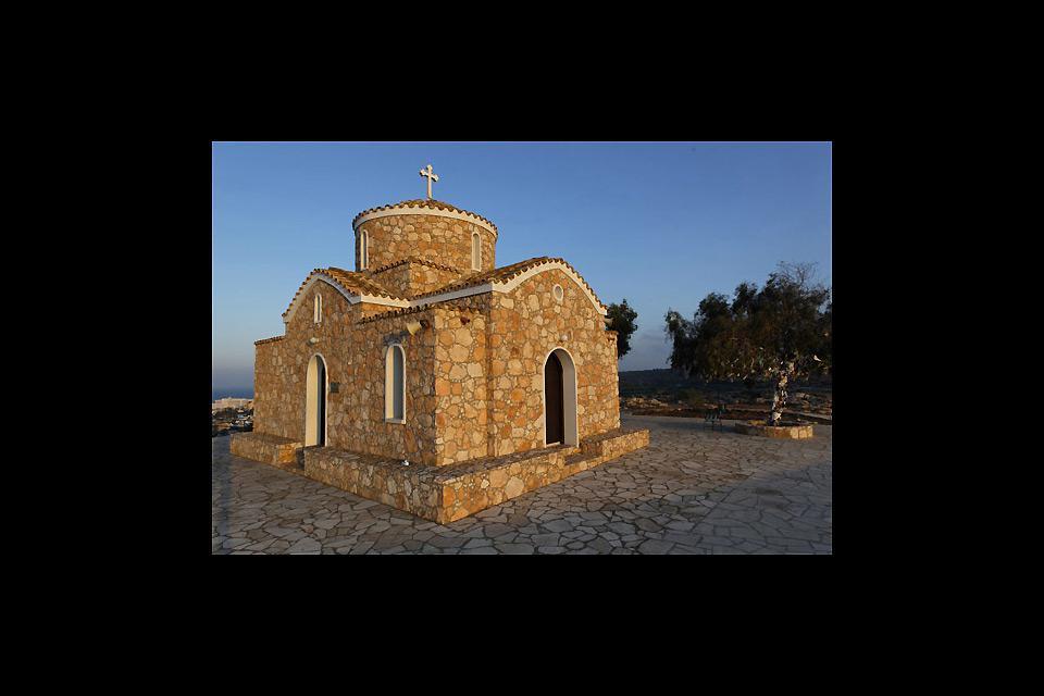 Au sommet d'une colline, la Chapelle de Profitis Ilias domine la station tourstique de Protaras.