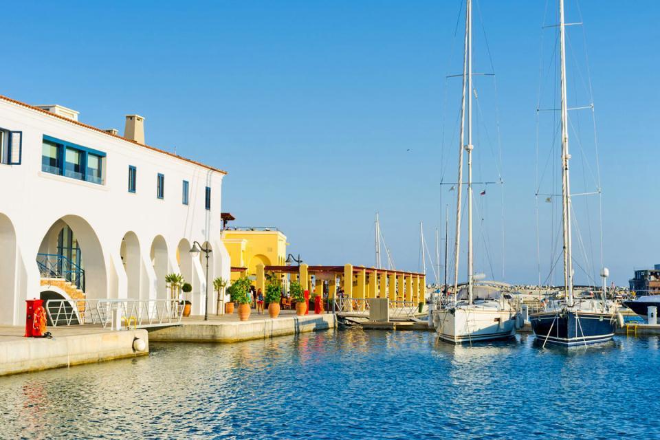 Située sur la côte méridionale, Limassol (ou Lemesos) est la seconde ville de l'île (175000 habitants). Elle offre aux touristes un visage moderne dans la mesure où son charme n'a vraiment rien de renversant. Seuls les quartiers populaires (à proximité du château et de la grande mosquée, deux endroits situés à l'ouest de la ville) abritent quelques vieilles maisons et des ruelles pleines de charme. ...