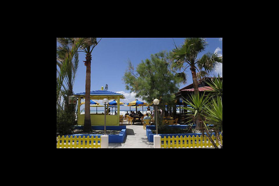 Comme toute bonne station balnéaire qui se respecte, Limassol compte quelques bars les pieds dans le sable.