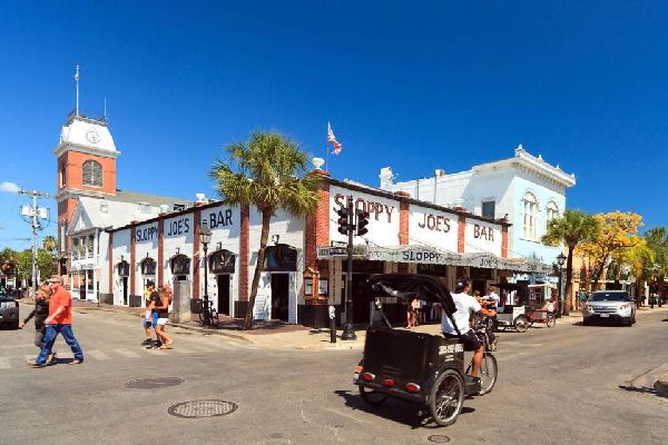 Sloppy Joe's Bar is a famous address in Key West where you listen to music while you eat. Diners can buy clothing and souvenirs here.