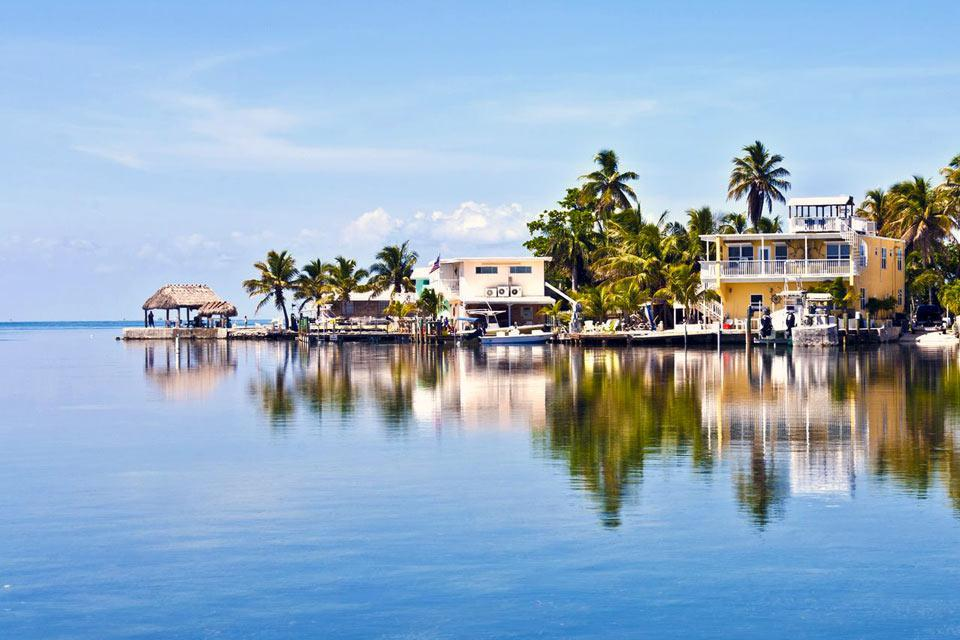 Key West is a gem at the tip of the Keys, between the Atlantic Ocean and the Gulf of Mexico. Stay a little while in this tropical seaside town, made famous by Ernest Hemingway. Notice the mansions mixing Art Deco with colonial wooden architecture....