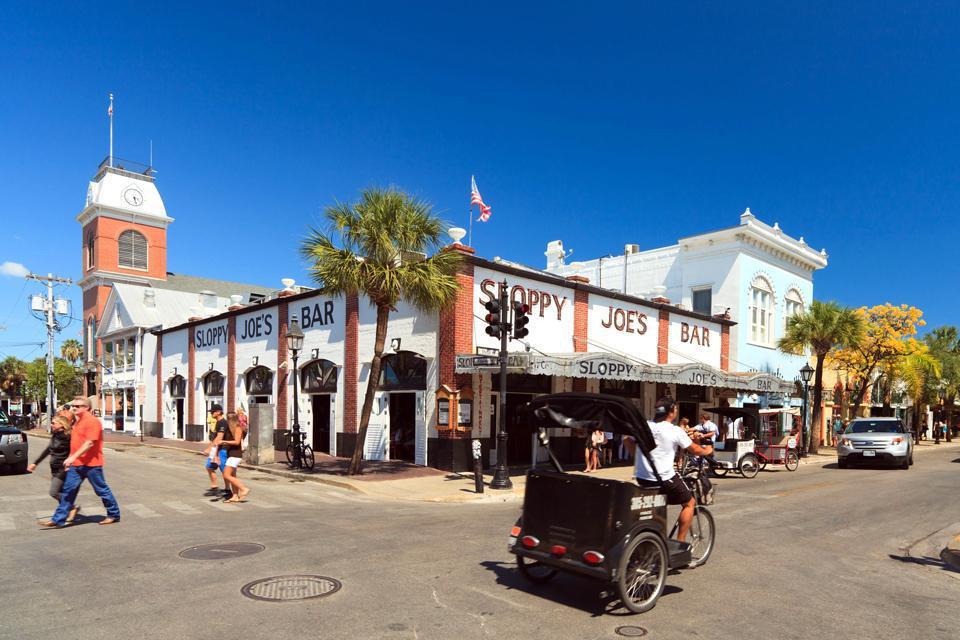 Die Bar Sloppy Joe in Key West ist berühmt, hier kann man beim Essen gute Musik hören. Kleidung und Souvenirs werden vor Ort verkauft.