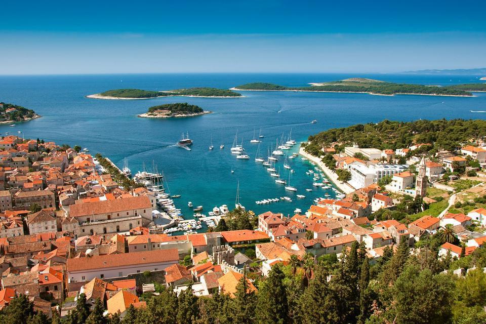 L'île d'Hvar est la plus connue de Croatie. La ville du même nom est réputée comme le nouveau St-Tropez. Même si les yachts envahissent la côte pendant l'été, on n'y trouve pas encore les magasins de luxe qui bordent la côte tropézienne. Cependant pour faire la fête, il existe de nombreux bars et boites de nuits pour aller danser jusqu'au bout de la nuit.  Outre son côté festif, l'île d'Hvar reste ...