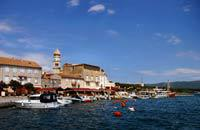 """L'isola di Krk si trova nella baia di Kvarner e si tratta dell'isola più a nord dell'Adriatico. L'isola è accessibile mediante un ponte o con un traghetto a partire dall'isola di Cres o dall'isola di Rab. Grazie alla sua posizione, quest'isola rappresenta un punto di partenza ideale per """"saltare"""" da un'isola all'altra.   Mentre la parte nord dell'isola è fertile e popolata, la sua parte meridionale ..."""