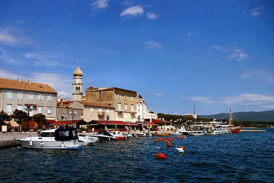 """L'île de Krk se trouve dans la baie de Kvarner et c'est l'île la plus au nord de l'Adriatique. Elle est accessible par un pont ou par ferry à partir de l'île de Cres ou de l'île de Rab. Grâce à son emplacement, cette île est un point de départ idéal pour """"sauter"""" d'une île à l'autre.   Alors que la partie nord de l'île est fertile et peuplée, sa partie sud est aride, isolée et couverte de forêts. Le ..."""