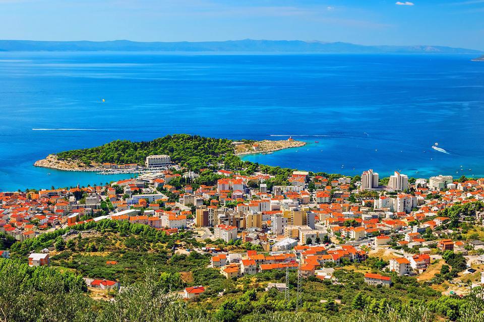 Makarska est l'endroit idéal pour rayonner en Dalmatie centrale et profiter des plus belles et plus longues plages de galets de la région. La ville, aux nombreuses ruelles et agréables placettes, est encastrée entre la mer et le massif du Biokovo, le point le plus haut de toute la côte (1 762 m). Cette zone de séjour concentre le plus grand nombre d'hôtels animés de la côte. C'est non loin de Makarska ...