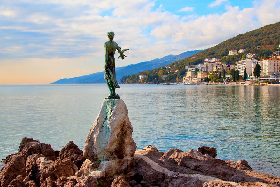 """Station balnéaire à l'est de la péninsule istrienne, Opatija rappelle beaucoup la Côte d'Azur. Avec ses eaux bleues et ses villas néoclassiques du 19ème siècle. La ville est surnommée """" Nice de l'Adriatique """". Très touristique, Opatija est surtout connue pour avoir voir arriver en grand nombre des retraités fortunés de toute l'Europe. Nous ne sommes plus dans l'ambiance tropézienne de Dalmatie ..."""