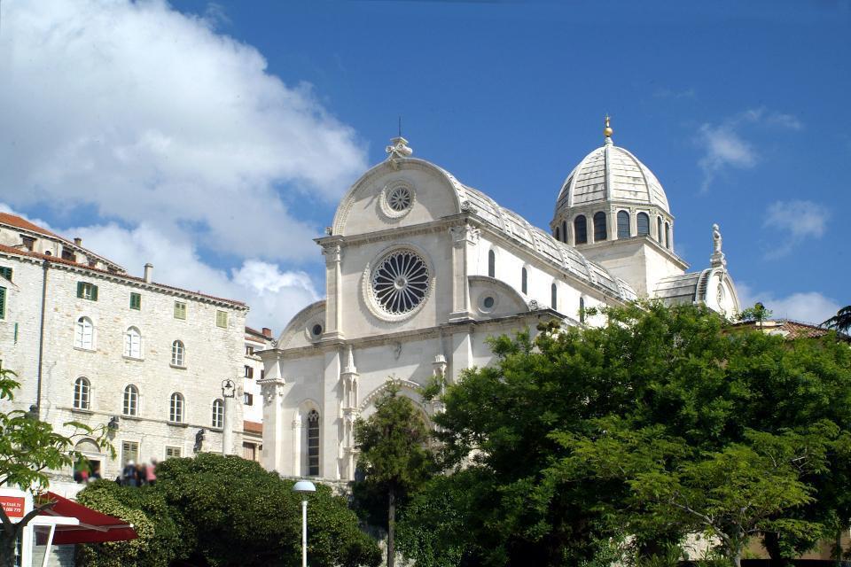 Fondée sur une butte rocheuse par les croates au 9ème siècle, Sibenik est aujourd'hui une ville surtout connue pour sa cathédrale qui est l'une des plus belles de Croatie. Le charme de la ville de Sibenik réside dans son style qui se rapproche de l'Italie. Avec des petites ruelles et des escaliers très nombreux, la ville séduira ceux à la recherche de vacances sous le signe de détente et de découverte ...