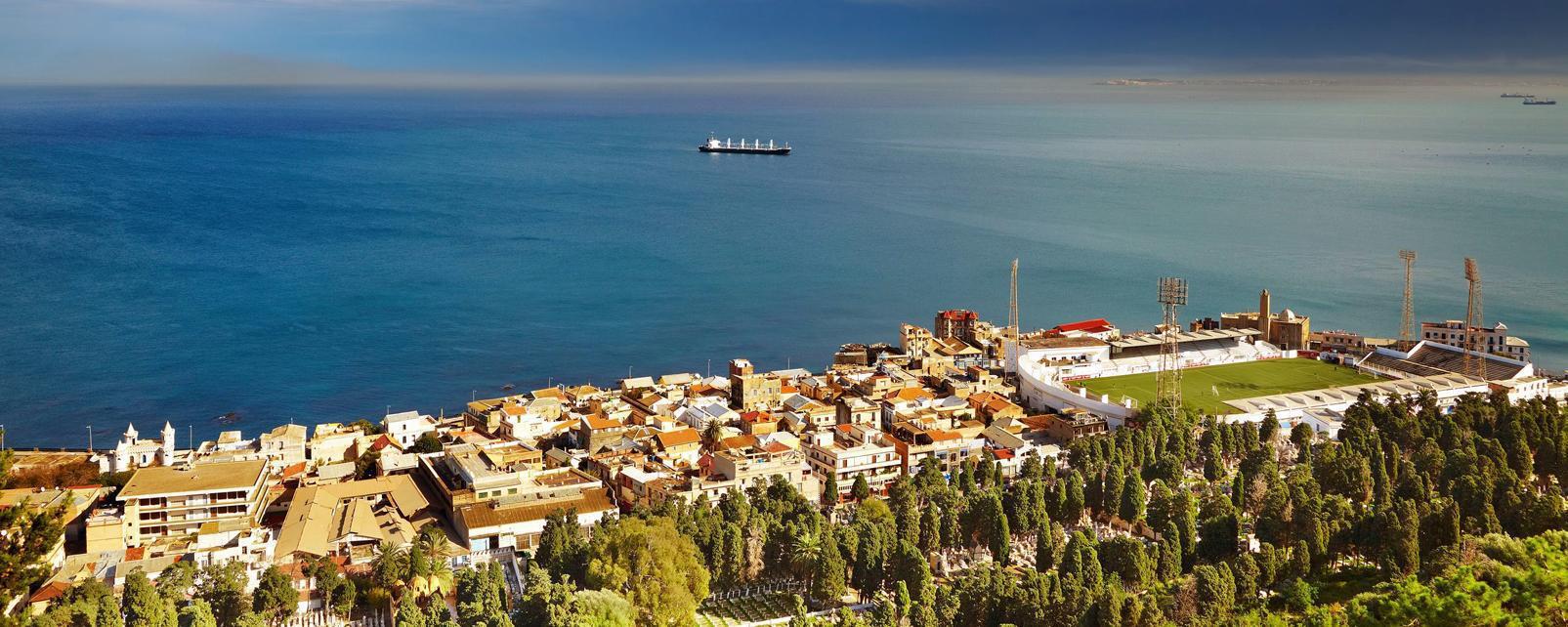 Afrique; Algérie; Alger; côte; ville; capitale; arbre; océan; bateau; bâtiment;
