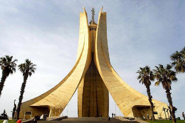 Il Memoriale del martirio, costruito nel 1982, sovrasta la città di Algeri. È stato eretto in memoria dei morti della guerra d'indipendenza.
