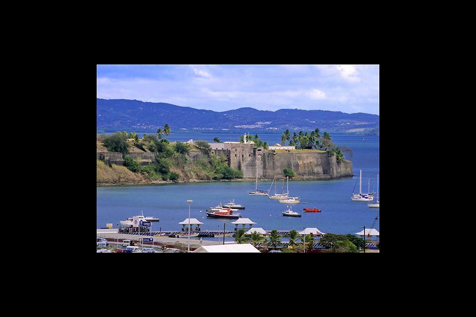 Face à la baie qui porte son nom, la capitale de la Martinique ne manque pas d'attraits touristiques.