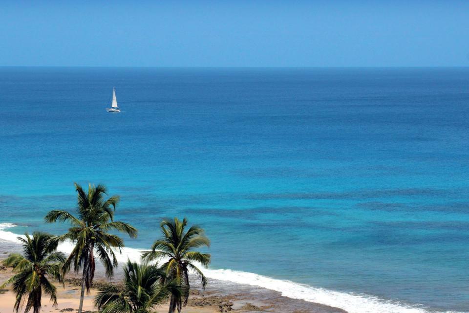 Fernando de Noronha est un petit archipel composé de vingt et une îles, situé à 345 km au large de la côte Nord-Est du Brésil, à une heure de vol de Recife. Classé au patrimoine mondial de l'Unesco et déclaré parc naturel marin, ce paradis se mérite ! D'ailleurs, on y accède au compte-goutte. Pour protéger l'environnement, seuls 100 touristes peuvent y entrer chaque jour. Ils doivent en outre s'acquitter ...