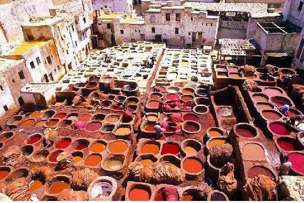 """Fès est la ville culturelle du Maroc. Deux jours sont nécessaires pour la découvrir en profondeur. Longez en voiture ses remparts de pierre ocre, puis rendez-vous aux tombeaux mérinides. De la nécropole en ruine, la vue s'étend sur """"la plus impériale des villes impériales"""". Dans l'enceinte, la foule s'affaire à Fès el Bali où ruelles et passages mènent au quartier de la Qaraouiyyîn. Au coeur de la ..."""