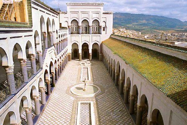 El palacio real de Dar-el-Makhzen tiene una impresionante puerta de entrada que da a la Plaza de los Alauitas.