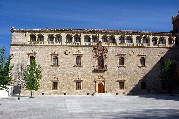 Este monumento forma parte del patrimonio mundial de la Unesco. En el interior se encuentra un gran anfiteatro que es uno de los mejores ejemplos del estilo «Cisneros».