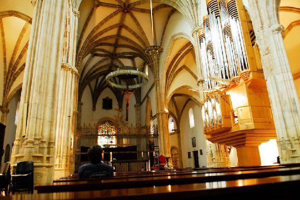 En esta iglesia fue bautizado el famoso autor de El Quijote. Fue destruida por un incendio en 1936 durante la Guerra Civil Española.