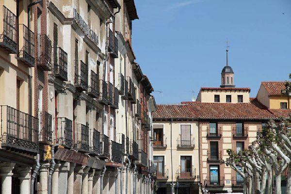 La calle Mayor sale de esta plaza. Es la calle con soportales más larga de España (mide aproximadamente 1 km).