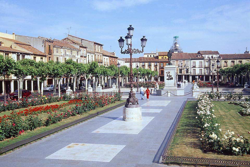 Questa piazza è il centro della città di Alcalá de Henares. Vi troneggia una statua di Don Chisciotte: l'autore Miguel de Cervantes è infatti nato in questa città.