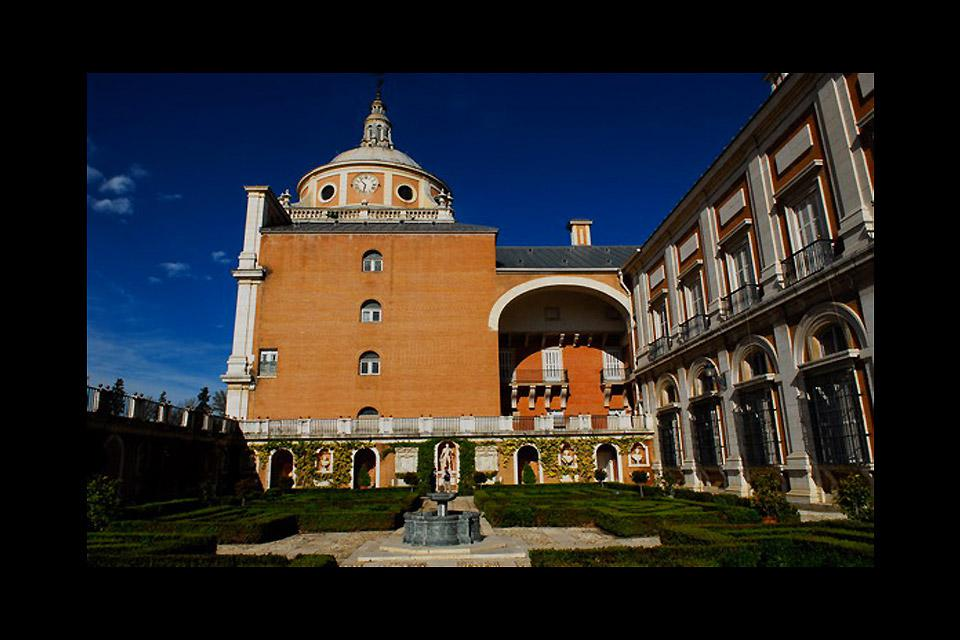 Aranjuez, formerly a royal summer residence, lies on the Tagus, 29mi south of Madrid, and and its gardens and palaces follow the course of the river