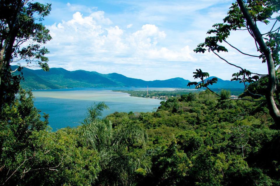 """Capitale de l'État de Santa Catarina, Florianópolis, sur l'île de Santa Catarina, est une destination touristique majeure du sud du Brésil, réputée ses nombreuses plages très prisées des surfeurs. Son excellente qualité de vie en  a fait l'une des villes les plus sûres du Brésil. On ne sera donc pas étonné que les lecteurs du magazine américain Condé Nast Traveler l'ont élu """" ville la plus sympathique ..."""