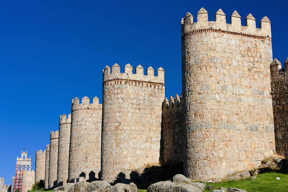 El cinturón de torres que rodea Ávila puede observarse desde varios kilómetros de distancia.