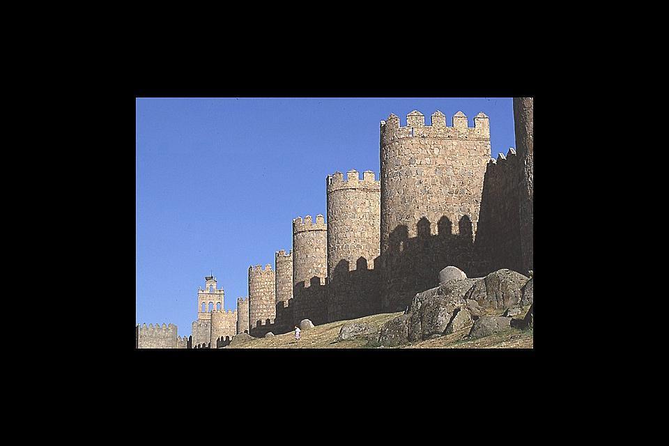 La ciudad de Ávila, rodeada de una muralla con 88 torreones, dotada de una extraordinaria catedral y de monumentos del siglo XVI, es la representación perfecta de la Edad Media.