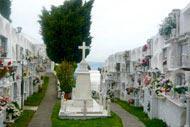 Auf dem Gipfel befindet sich ein zauberhafter kleiner Friedhof.