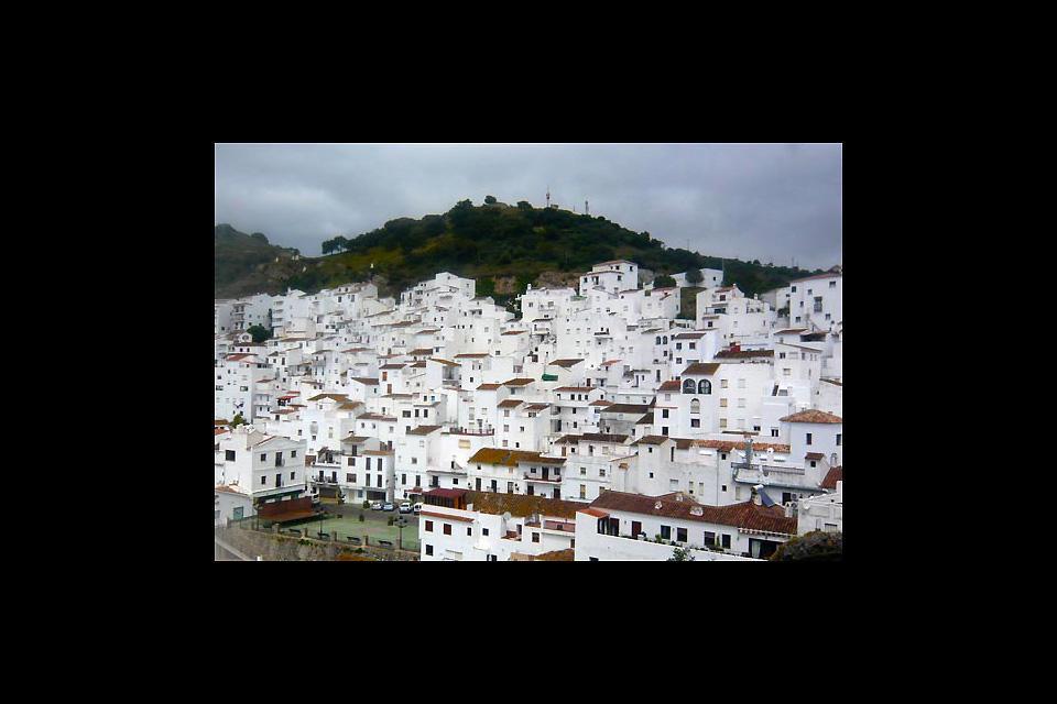 A 14 chilometri dalla costa, il villaggio bianco di Casares è un villaggio di montagna pieno di fascino che è miracolosamente sfuggito alla modernità.