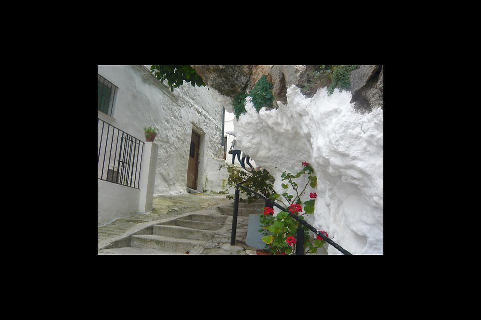 Attraverso un groviglio di stradine dalle facciate bianche e fiorite, si sale sulla sommità per ammirare un panorama mozzafiato.