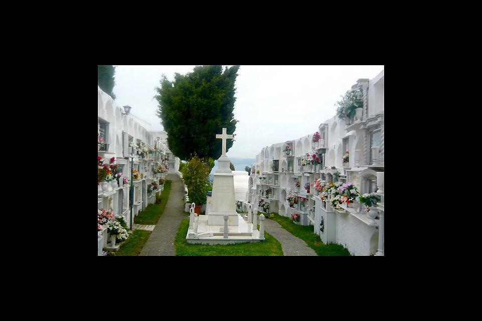 Au sommet se trouve un adorable petit cimetière.