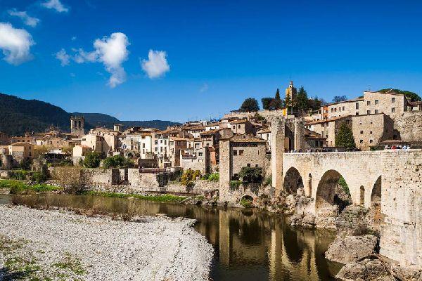 A quelques pas du Parc naturel de la zone volcanique de La Garrotxa se cache Besalú, petit joyau de l'époque comtale. L'origine de la ville repose sur la construction de son château, qui remonterait au Xème siècle. Le village actuel n'obéit pas complètement à son état originel mais garde néanmoins des traces de l'époque médiévale.  On accède à la ville par un magnifique pont roman du XIIème siècle ...