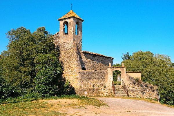 on découvre le quartier juif, l'abbaye Sant Pere consacrée en 1003 par Taillefer, ou encore l'église paroissiale Sant Vicenç et les ruines de Santa Maria de Besalú.