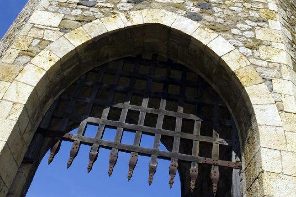 L'origine de la ville repose sur la construction de son château, qui remonterait au Xème siècle.