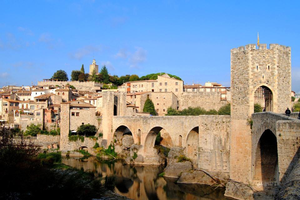 En voulant garder une structure urbaine et architecturale en harmonie avec son passé moyenâgeux, Besalú reste l'un des plus beaux exemples médiéval de la Catalogne.