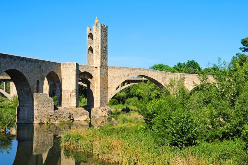 On accède à la ville par un magnifique pont roman du XIIème siècle qui surplombe le fleuve Fluvià.