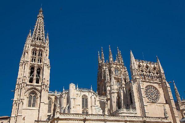 Der Bau wurde im Jahre 1221 begonnen und im 15. Jahrhundert vollendet. Es handelt sich um ein Meisterwerk der Gotik.