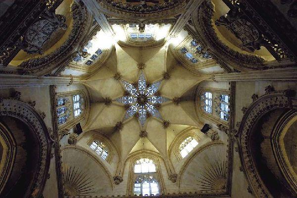 """Unter dieser sternenförmigen, 54 m hohen Laterne befindet sich das Grab von """"El Cid""""."""