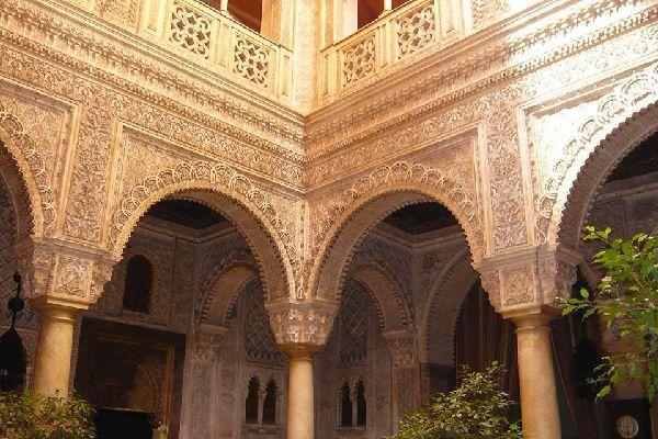 N'hésitez pas à rentrer dans l'ancien casino, peu de touristes le savent, mais il renferme une véritable merveille : un superbe patio en stuc et marbre d'Italie, de style neo mudej
