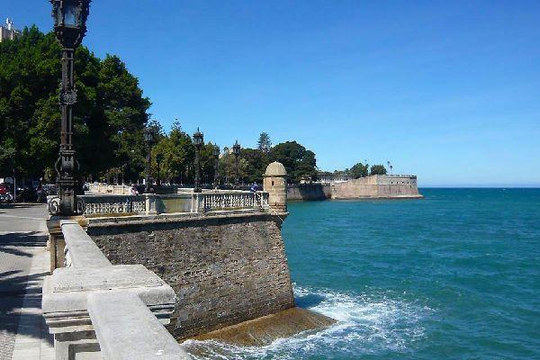 Fondée par les Phéniciens en 1 104 avant Jésus-Christ, elle se situe sur une péninsule entourée de remparts à l'extrême sud de l'Andalousie.