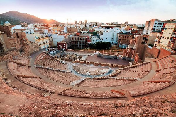 Située à l'est de la péninsule Ibérique, Carthagène est une commune de la région de Murcie, et compte un peu plus de 200.000 habitants répartis sur 558 km², même si en été, sa population augmente fortement. Il s'agit donc de la deuxième commune la plus peuplée de la région. Grâce à son long et fascinant passé, c'est une destination incontournable pour les amateurs d'histoire, sans parler de l'autre ...