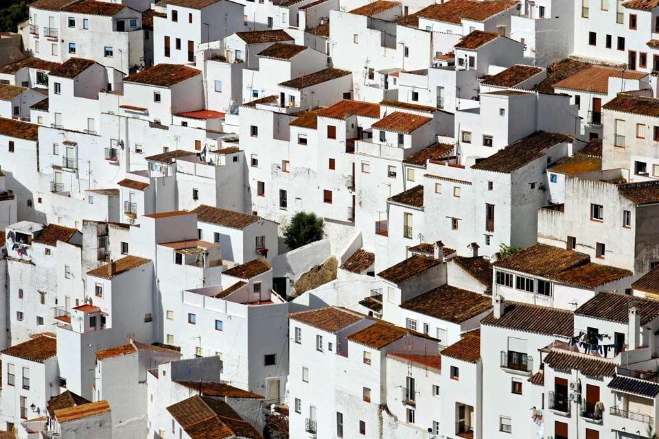 A 14 kilomètres de la côte, le village blanc de Casares est un village de montagne plein de charme qui a miraculeusement échappé à la modernité. Il a été déclaré Ensemble d'intérêt historique et artistique. A travers un lacis de ruelles aux façades blanches et fleuries, on grimpe au sommet pour admirer un panorama à couper le souffle des ruines de la forteresse, où se trouve un adorable petit cimetière....