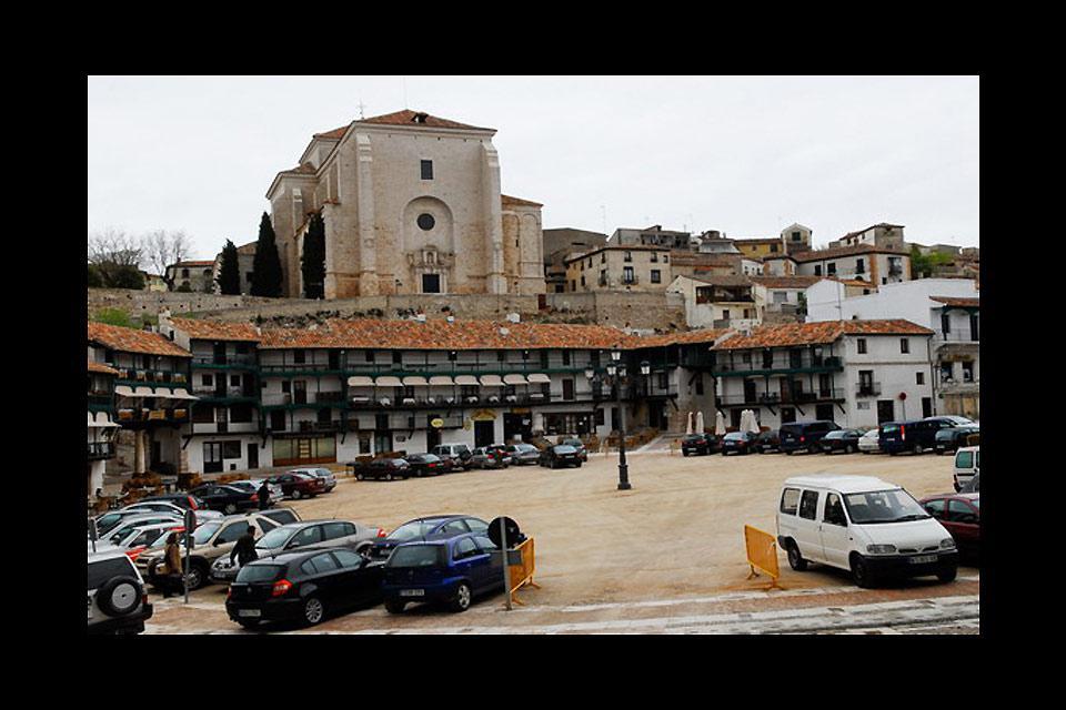 Der schönste Teil dieser kleinen Stadt von Kastilien ist der Plaza Mayor, der von mehrstöckigen Gebäuden mit offenen Galerien umgeben ist.