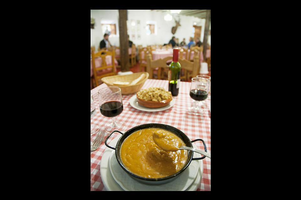 El pisto manchego,el asadillo, el mojete, las berenjenas, las migas o las gachas forman parte de su cocina.
