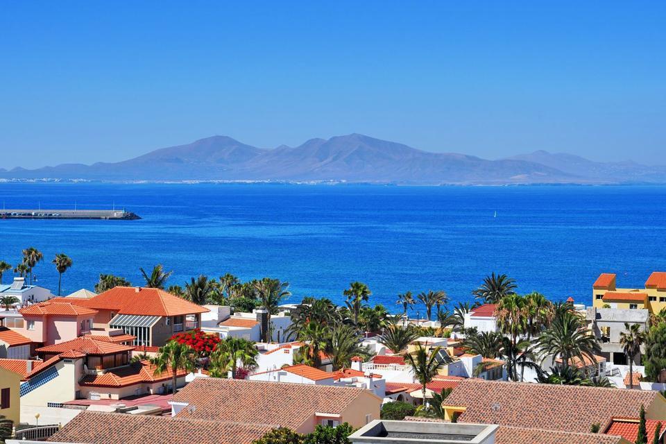 A l'extrême nord de l'île canarienne de Fuerteventura, Corralejo est un ancien village de pêcheur désormais l'une des principales stations balnéaires de l'île. De nombreux restaurants de poissons se sont installés sur son port, d'où partent les bateaux pour Lanzarote.      ...