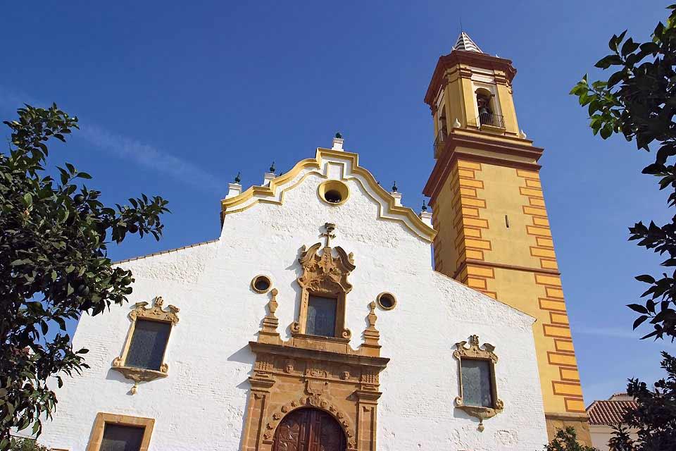 Beherrscht von der schönen Sierra Bermeja ist Estepona eine der neuesten Badestationen der Costa del Sol. Und dennoch gehen ihre ersten Einwohner auf das 15e Jahrhundert zurück, als Heinrich der IVe die Region eroberte. Es ist er, der das Schloss des Heiligen Ludwig erbauen lassen hat, dessen Relikte man heute noch sehen kann. Viel später hat sich die Küste mit eingekerpten Türmen fortifiert, ein Unterscheidungsmerkmal ...