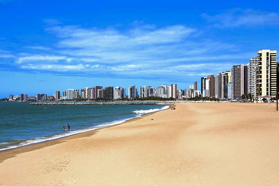 Ville en pleine évolution, Fortaleza est la capitale du Ceará, l'un des états brésiliens qui constituent la région du nord-est, connue pour ses paysages de dunes, ses plages et le carnaval de Bahia. Ceux qui ont eu la chance de la visiter il y a une trentaine d'années se rappelleront -peut-être avec nostalgie- la myriade de petites maisons typiques, colorées et romantiques, de cette commune consacrée ...