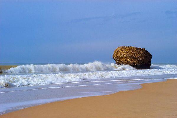 Esta playa de arena fina dorada es muy tranquila gracias a los acantilados que la rodean.