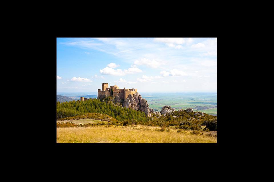 El Castillo de Loarre en medio de un precioso escenario paisajístico y natural.
