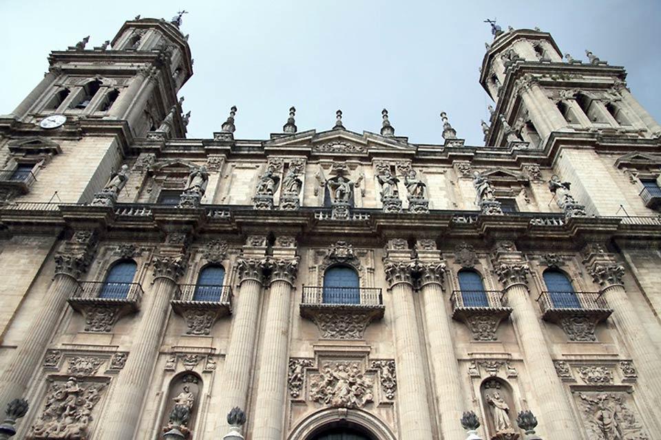 Questa cattedrale è davvero impressionante per via delle sue torri alte 26 metri. All'interno vi si trova un organo risalente al XVIII secolo.